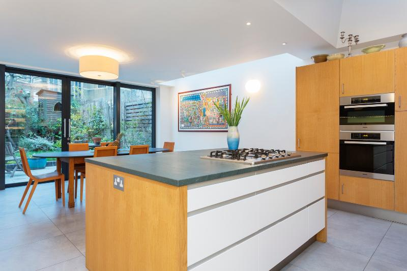 A wonderful four-bedroom family home in a friendly North London neighbourhood. - Image 1 - London - rentals