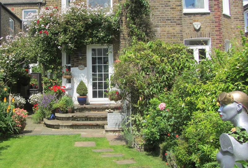 Characterful 2-bed 2 bath on Keslake Road, Queen's Park - Image 1 - London - rentals