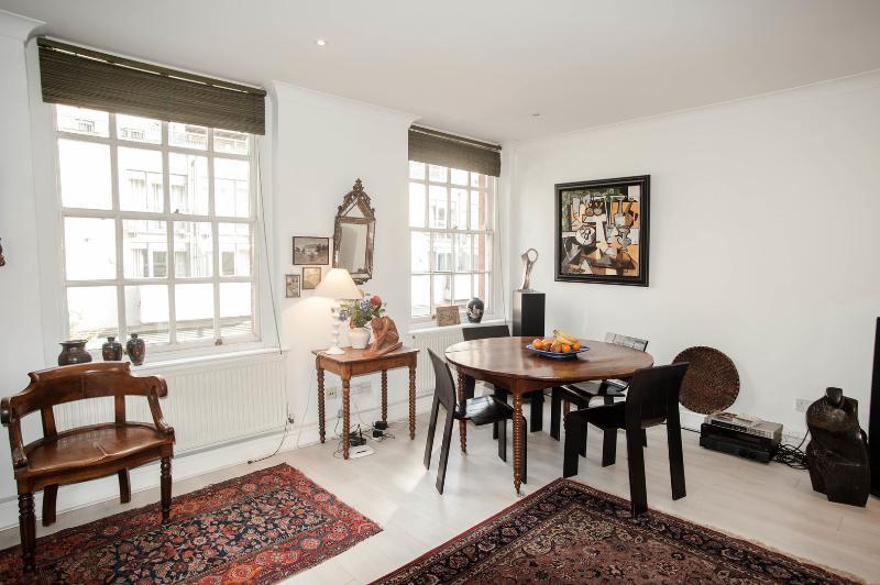 2 bed flat on Gillingham Street, Belgravia - Image 1 - London - rentals