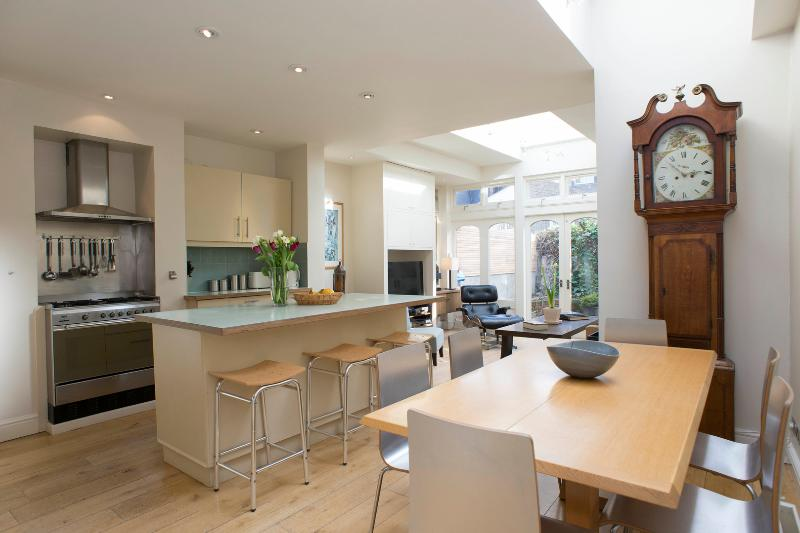 Stunning 3 bedroom townhouse with charming patio garden, Fulham - Image 1 - London - rentals