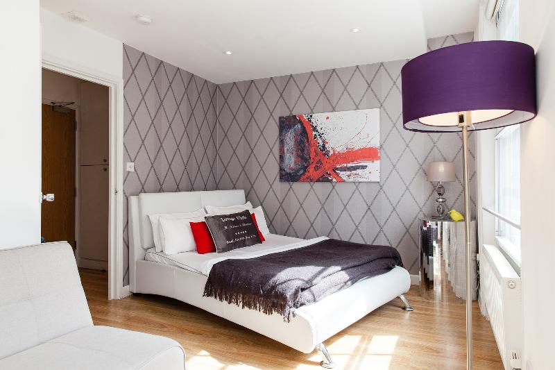 The second bedroom offers a king size bed and a queen size sofa bed. - PICCADILLY!*DESIGN*3bed2bath* BRIGHT*SAFE*CLEAN*BIG** - London - rentals