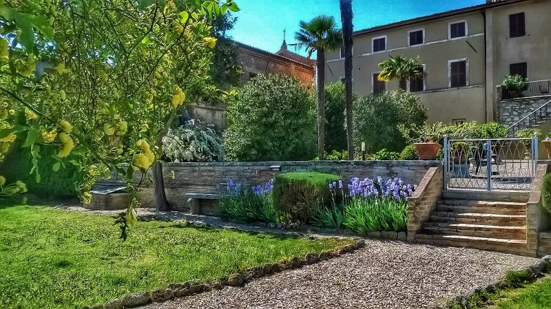 April: Iris in the garden - 8BDR Villa in Siena countryside :pool ,AC,WiFi - Siena - rentals
