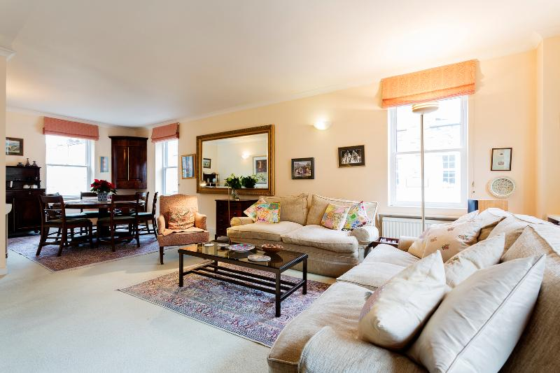 Moments from popular Upper Street, Islington - 4 bed house - Image 1 - London - rentals