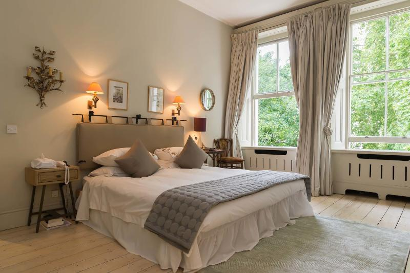 Elegant 4 bed with views over a garden square, Kensington - Image 1 - London - rentals