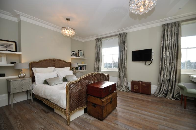 Beautiful five-bed family home overlooking the River Thames. - Image 1 - London - rentals
