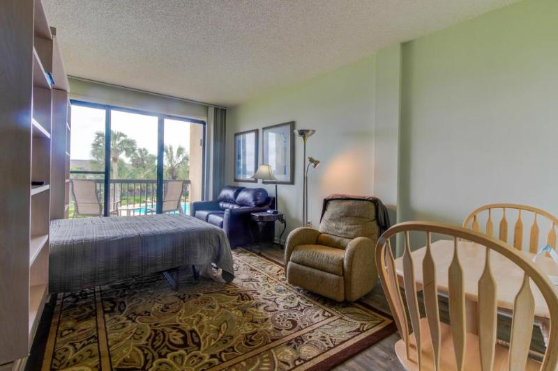 Oceanfront studio condo w/boat slip, shared pools, Gulf views for snowbirds! - Image 1 - Fort Walton Beach - rentals