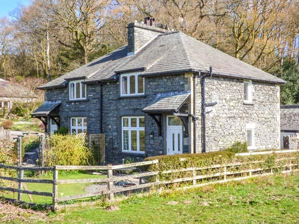 2 MEREWOOD COTTAGES, slate cottage, en-suite, Smart TV, off road parking, lawned garden, in Ecclerigg, Windermere, Ref 935124 - Image 1 - Windermere - rentals
