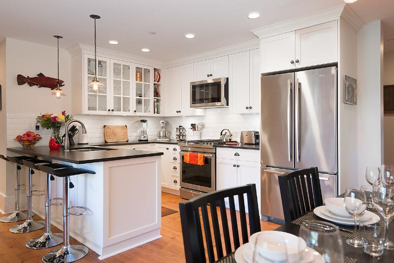 Gourmet Kitchen - 2 Bedroom Luxury Heritage Suite - Best location - Vancouver - rentals