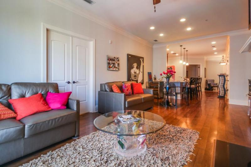 Elegant condo with a balcony, close to the river in the heart of downtown! - Image 1 - Savannah - rentals