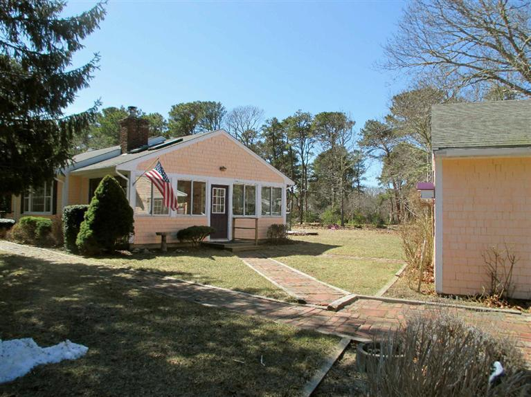 Cozy 3 Bedroom, Half Mile to Kingsbury Beach! - Image 1 - Eastham - rentals