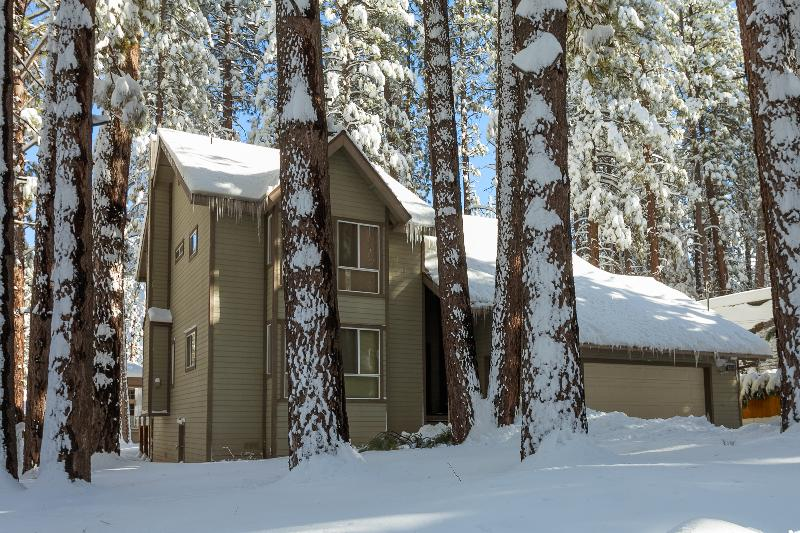 How the Cabin looks in the Winter. - Beautiful 3 Bedroom + 3 Bathrooms Sparkling Spa, Pool Table, BBQ.Steps to Slopes - Big Bear Lake - rentals