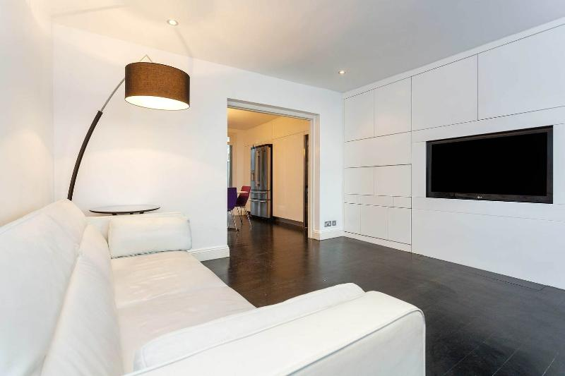 A contemporary three storey house in Kensington - Image 1 - London - rentals
