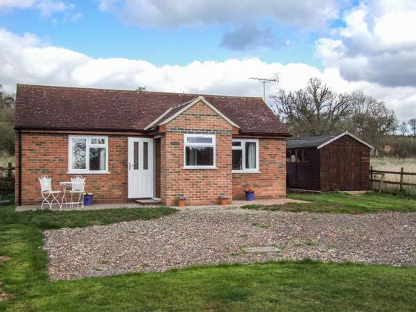 LAWN COTTAGE, lovely views, bike storage, romantic retreat, lawned garden, Gloucester, Ref 936440 - Image 1 - Gloucester - rentals