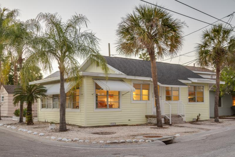 CHARMING BEACH COTTAGE ***1 block to beach**** - Image 1 - Treasure Island - rentals