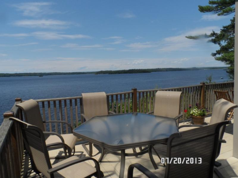 How about lobsters and cocktails at water's edge deck with private beach below - LUXURY PRIVATE BEACH BATH BOOTHBAY FREEPORT - Bath - rentals