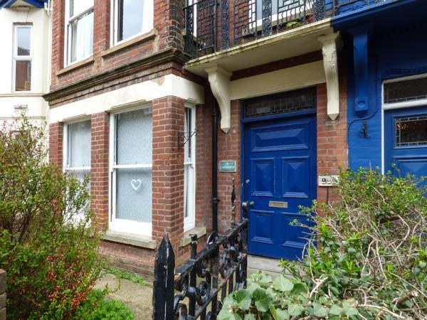 FLAT 1, ground floor apartment, patio, close to beach, in Cromer, Ref 933664 - Image 1 - Cromer - rentals