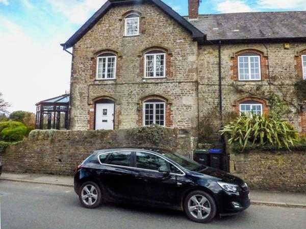 CROSSWAYS, woodburning stove, conservatory, lawned garden, short walk to amenities, Warminster, Ref 929008 - Image 1 - Warminster - rentals