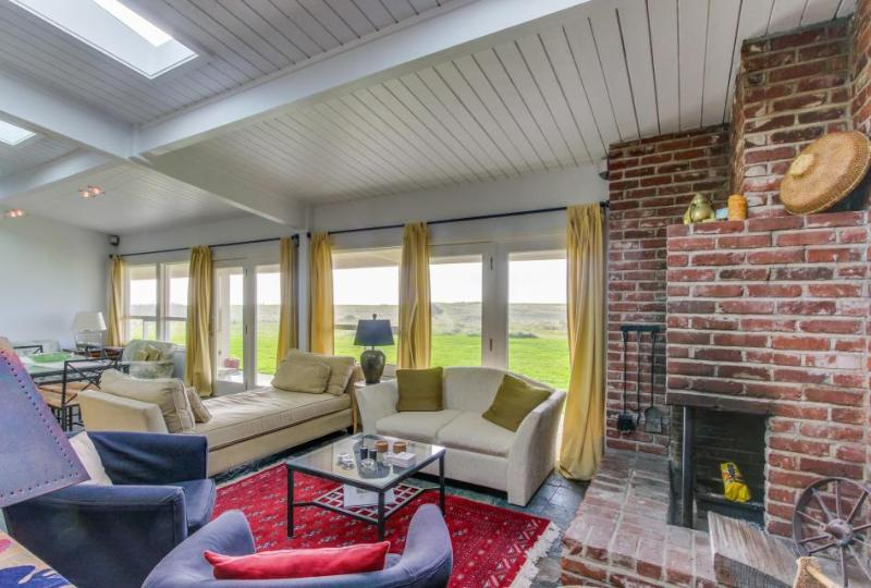 Sunny, oceanfront condo w/ great views & easy beach access - Image 1 - Gearhart - rentals