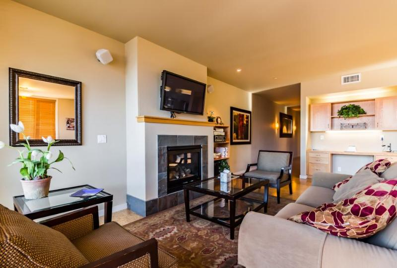 Shared pool, hot tub and other amenities plus a balcony and fireplace! - Image 1 - Chelan - rentals