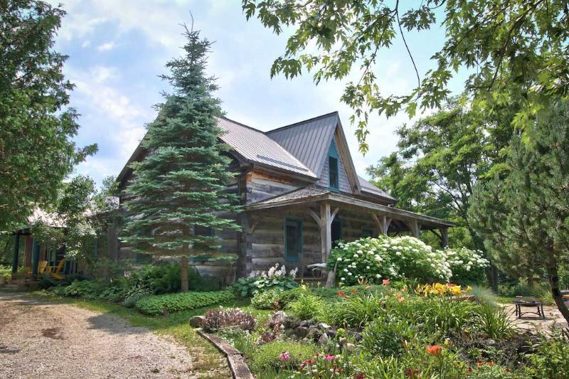 A log home set on 23 acres of forest, meadows and gardens. - A magical log cabin set on 23 acres of forest, gardens and meadows for complete privacy. - Durham - rentals