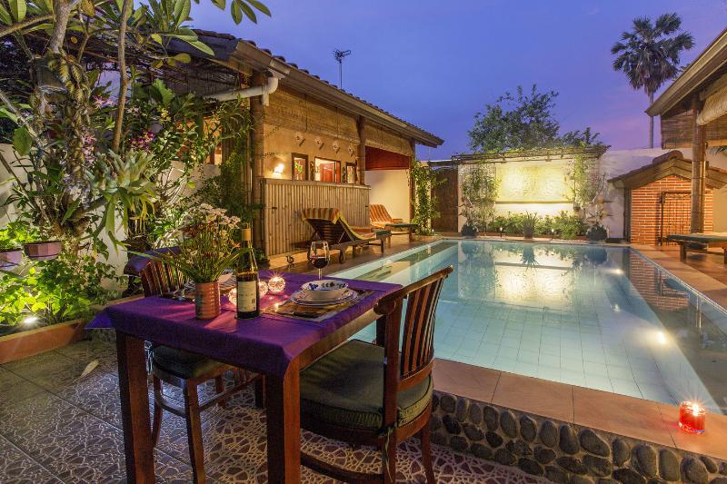Guesthouse with Private Pool (Night). Nice place to enjoy your evening supper... - Tropical Oasis - Private Pool-Amazing Views-1br - Jimbaran - rentals