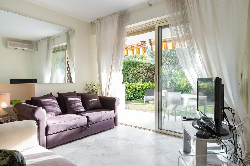 Living Room - Luxury ground floor 2 bedroom apartment with pool - Cannes - rentals