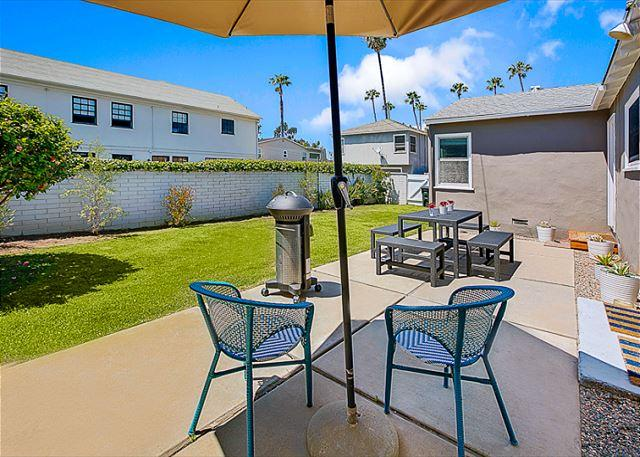 Back yard - alternate view with more chairs. - Charming House - AIR Conditioning, Large Yard -Walk to Beach & Restaurants - Corona del Mar - rentals