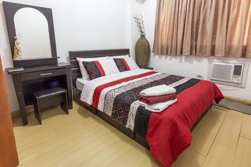 The Master Bedroom - Cosy, Peaceful, Furnished 2 BR  Condo Near Airport - Paranaque - rentals
