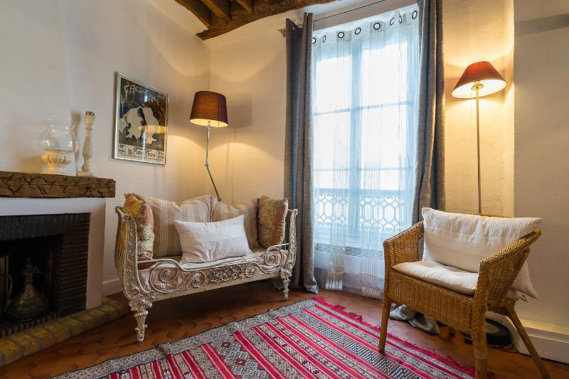 The Master Bedroom - Vacation Rental with Authentic Parisian Charm and Designer Style - Paris - rentals