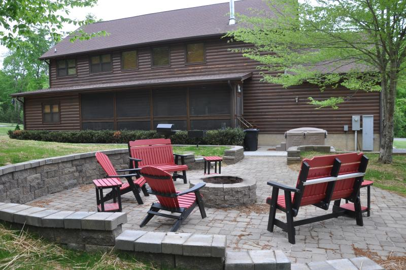 deluxe patio with fire pit-please bring own firewood - Log Cabin, pigeon forge, gameroom, firepit, hottub - Sevierville - rentals