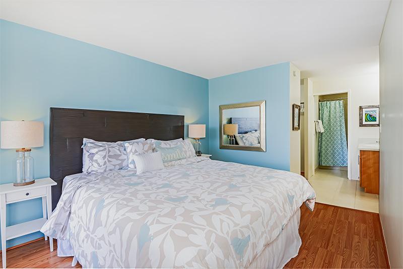 Master bedroom (king sized bed), ensuite bath, walk in closet. - Immaculate! High Floor, Diamond Head,Ocean Views! - Honolulu - rentals