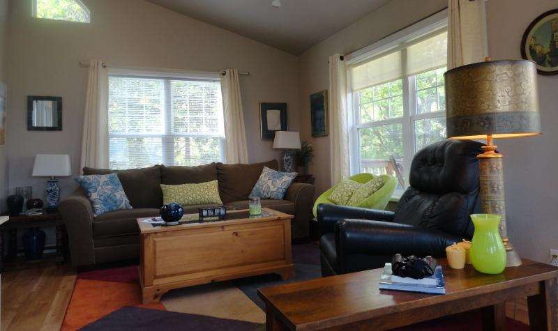 Living area with recliner, comfortable couch and entertainment center - Affordable Private Retreat with Spectacular Views - Ashland - rentals