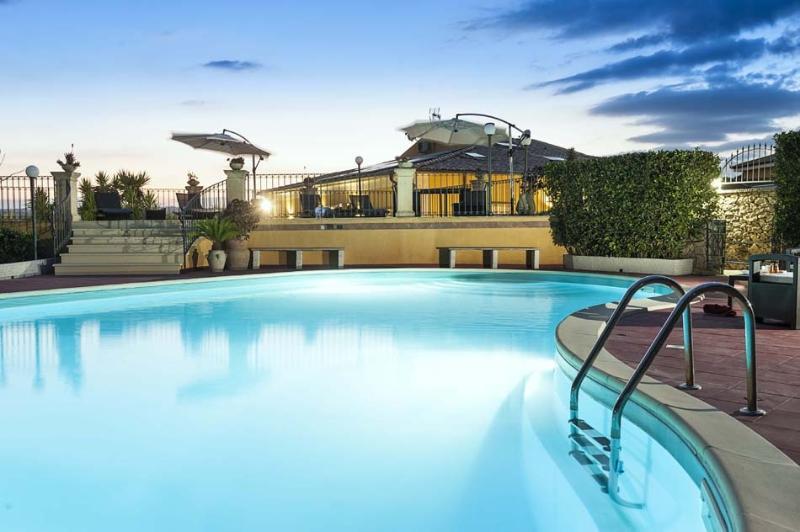 Villa Del Sole holiday vacation large villa rental italy, sicily, noto, southern sicily, near syracuse, pool, wi-fi, air conditioning, - Image 1 - Noto - rentals