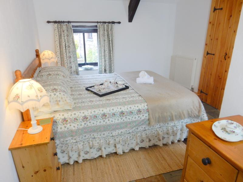 Hydrangea's pretty bedroom - Hydrangea Cottage, Ocean Views in North Devon - Hartland - rentals