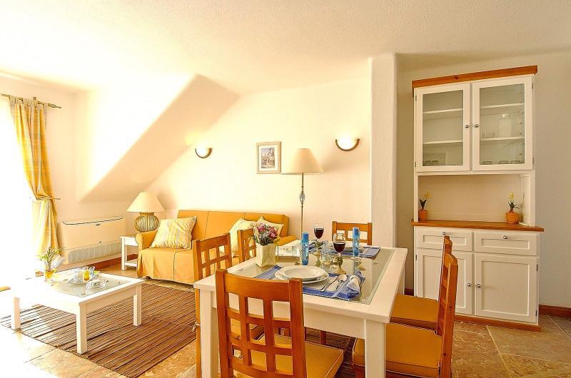 Giddah White Apartment, Albufeira, Algarve - Image 1 - Olhos de Agua - rentals
