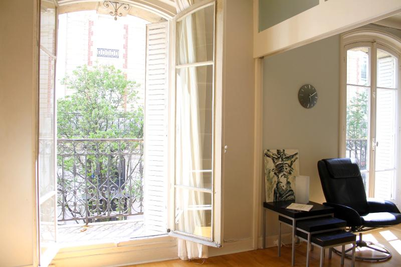 Sunny Bedroom with access to exterior balcony. - parisbeapartofit - Montorgueil Tiquetonne (1418) - Paris - rentals