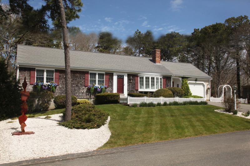 Beautifully Landscaped Manicured property. - Cape Cod Escape! Chatham Beach Chic Vacation Rental 5 min walk to Beach Private - Chatham - rentals