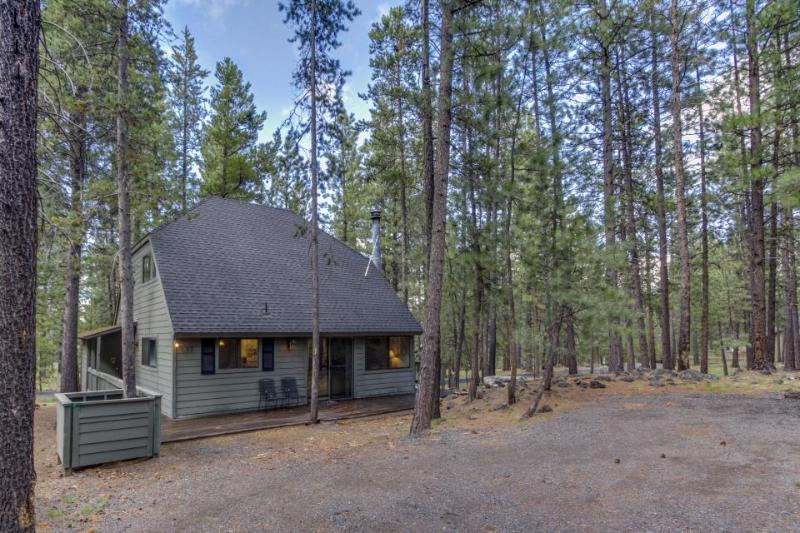 Homey family-friendly house w/private hot tub, SHARC access, great location! - Image 1 - Sunriver - rentals