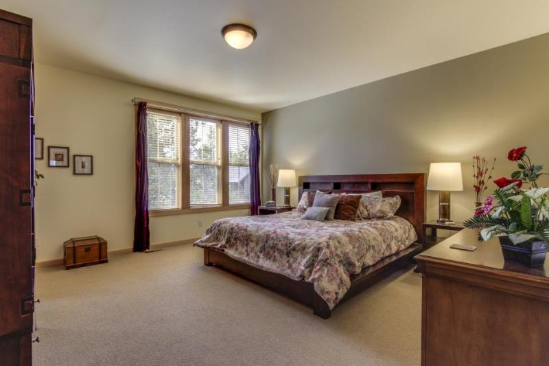 Spectacular getaway w/ private hot tub, shared pool, sports courts, SHARC passes - Image 1 - Sunriver - rentals