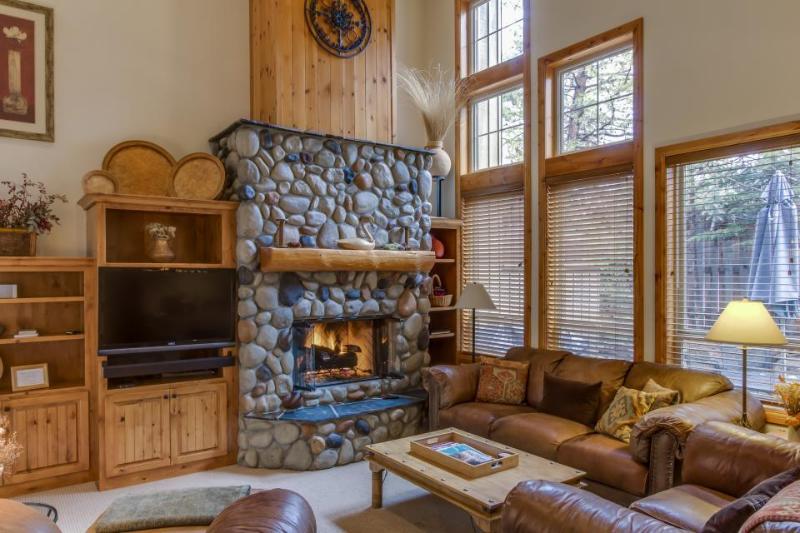 Beautiful lodge retreat w/ private hot tub & SHARC passes! - Image 1 - Sunriver - rentals