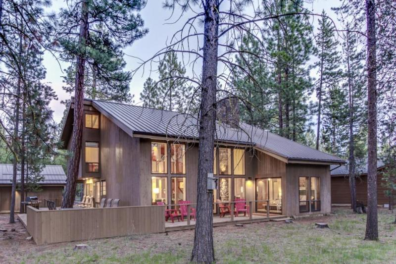 Gorgeous, newly remodeled home with shared hot tub, pool, & resort amenities! - Image 1 - Black Butte Ranch - rentals