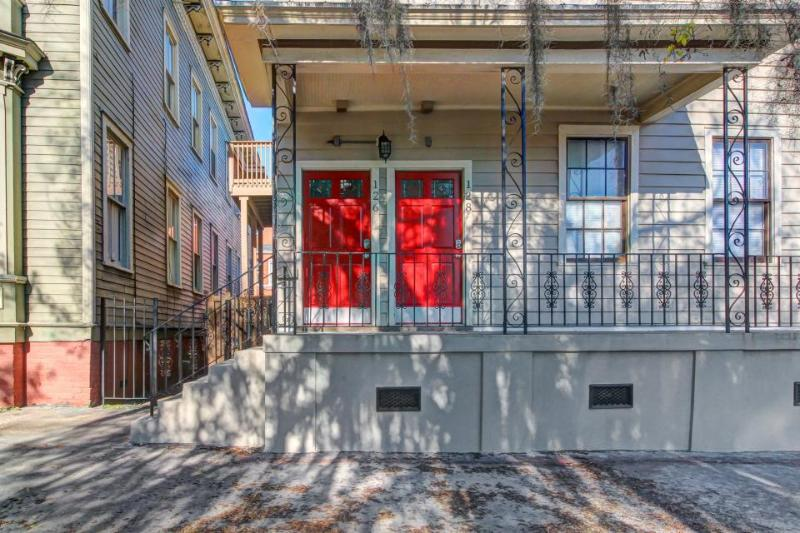 Dog-friendly upper-level urban townhouse with modern conveniences - Image 1 - Savannah - rentals