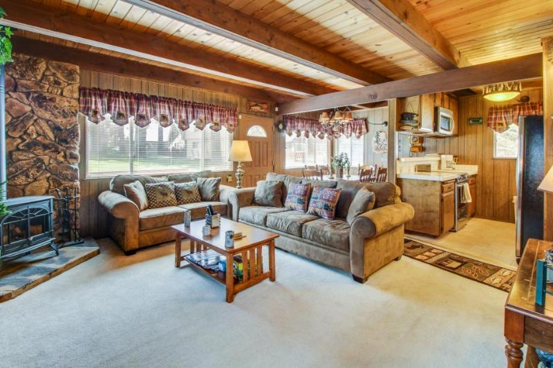 Cozy alpine getaway w/ entertainment, near top-tier skiing & beach access! - Image 1 - South Lake Tahoe - rentals