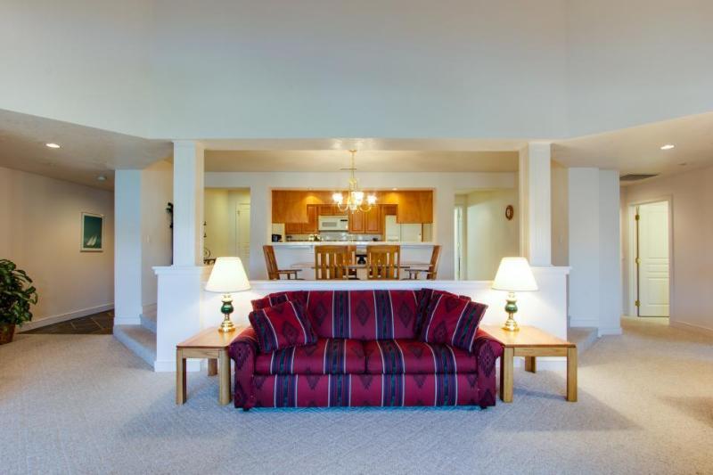 Lakefront penthouse condo w/ pool & Arrow Point amenities! - Image 1 - Harrison - rentals