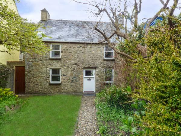 COURT HOUSE, detached, woodburner, private garden, conservatory, in Solva Ref 929878 - Image 1 - Solva - rentals