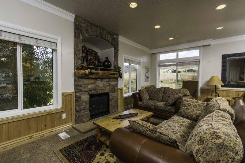 Living area with gas fireplace/flat screen - Unit 22 | 4 Bed - Huntsville - rentals