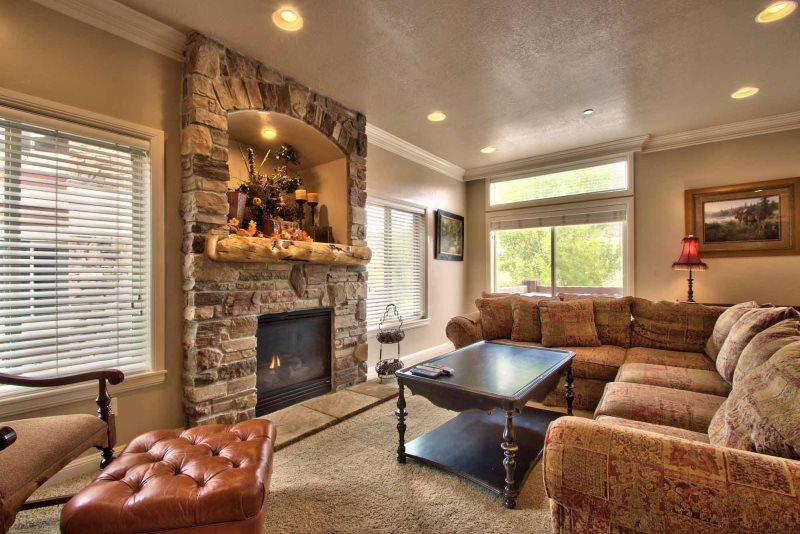 Large Living/gas fireplace - Lakeside Unit 48 | 4 Bed - Huntsville - rentals
