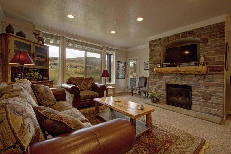 upper living area with gas fireplace - Lakeside Unit 15 | 3 Bed - Huntsville - rentals