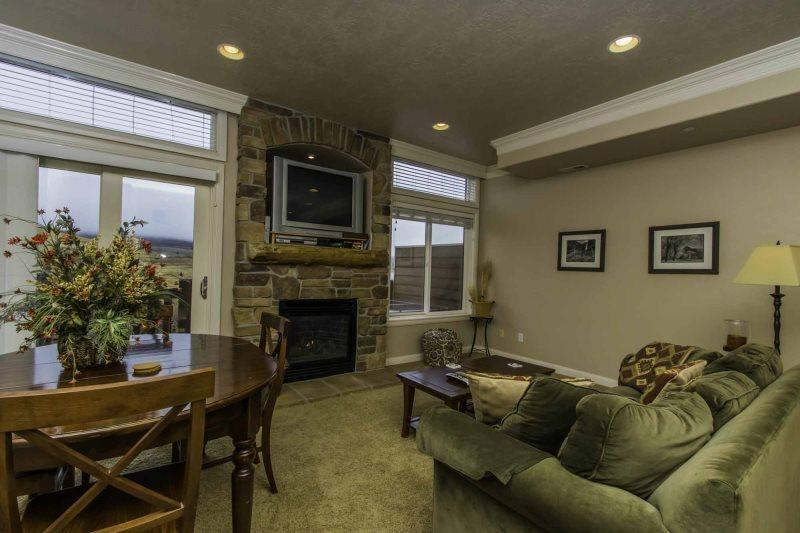 Living area/gas fireplace/tv - Lakeside Unit 40A | 1 Bed - Huntsville - rentals