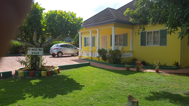 Almond Tree Villa - Your perfect holiday retreat - 3 Bedroom Villa and with pool Ocho Rios - Ocho Rios - rentals